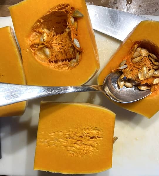 Remove the fibre and seeds of the butternut squash with the help of a spoon