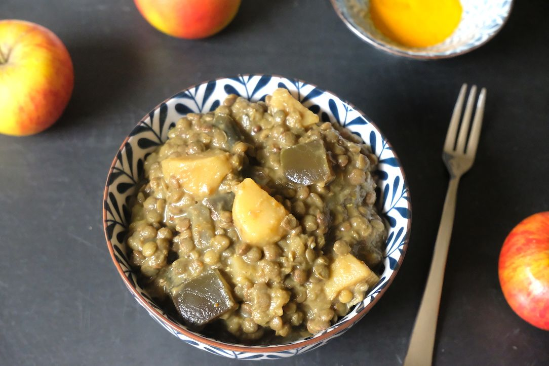 Creamy lentils with curry, aubergine & apple