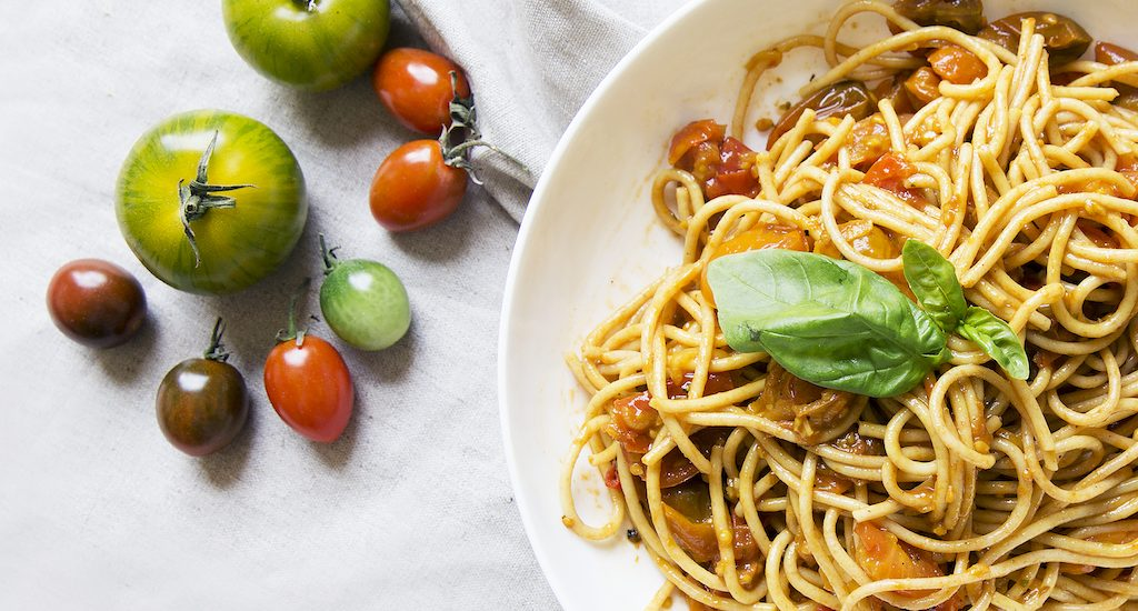 Pasta for lunch! Spicy spaghetti with tomatoes, easy to make, healthy and made from scratch