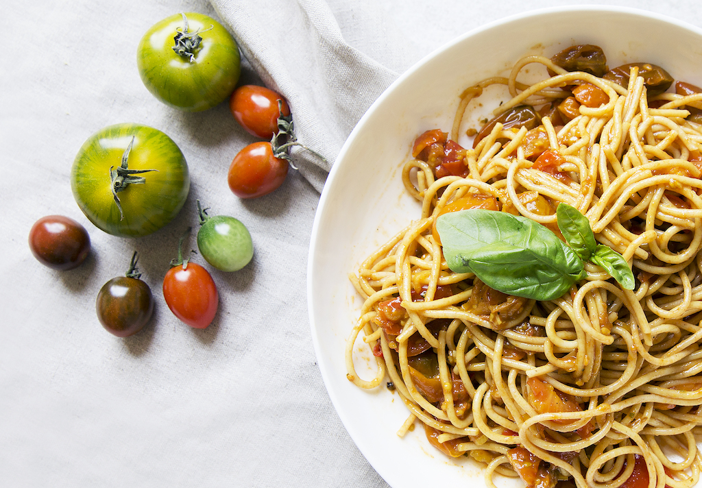 Spicy spaghetti with tomatoes, easy to make, healthy and made from scratch
