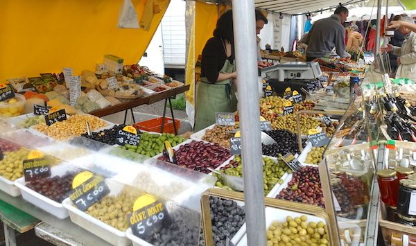 A market stand in the 'marché de Bastille' in Paris